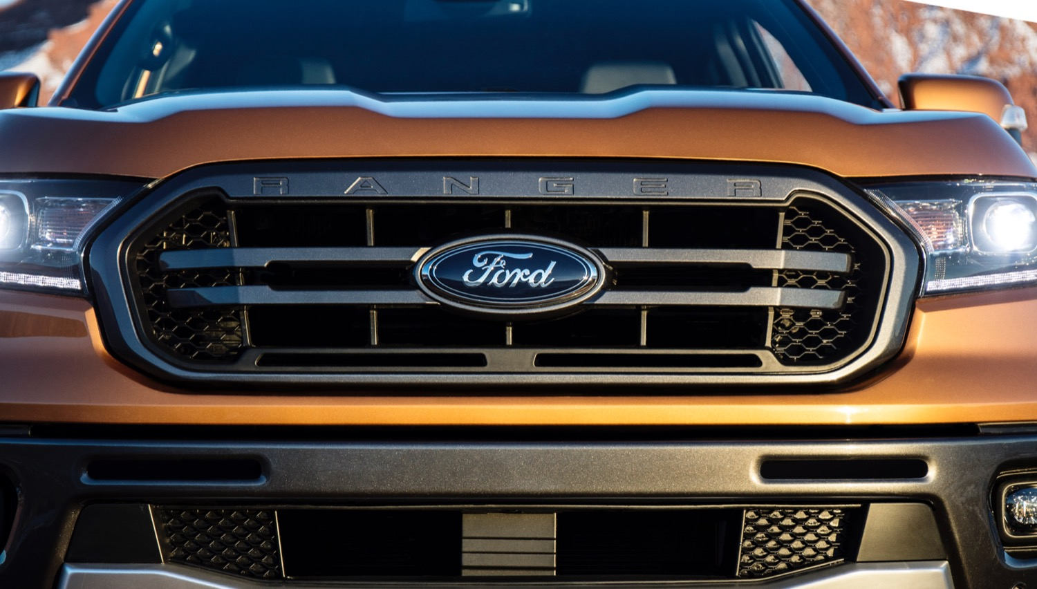 2019-Ford-Ranger-Lariat-FX4-Super-Crew-Exterior-010-front-end-with-Ford-Logo.jpg