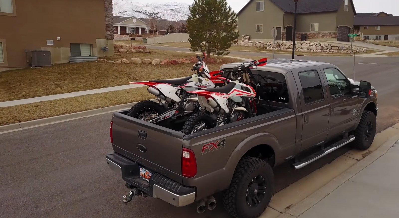F250 SuperDuty Short Box 2 Motorcycles 00.jpg
